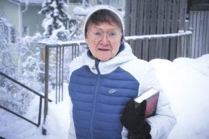 Elina Kujanpää tulossa lenkiltä Pispalasta sinivalkoisessa takissaan kirja kainalossa.