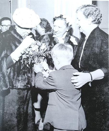 Elma Hannus ohjaamassa kukkien luovutusta Helen Kellerille, joka oli vierailulla Suomessa 1957.